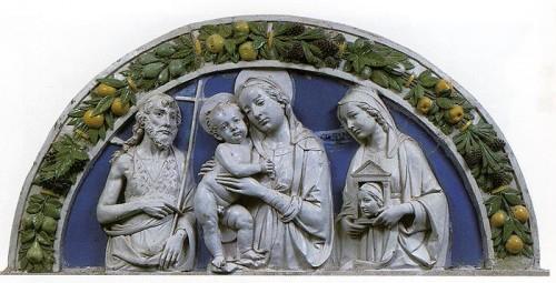 La Virgen entre San Juan Bautista y Santa Antilia. Relieve escultórico de Andrea della Robbia.