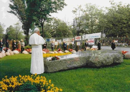 San Juan Pablo II rezando ante el sepulcro del Beato el 4 de junio de 1987.