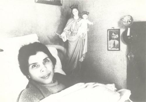 Fotografía de la Beata en la cama, con una imagen de María Auxiliadora.