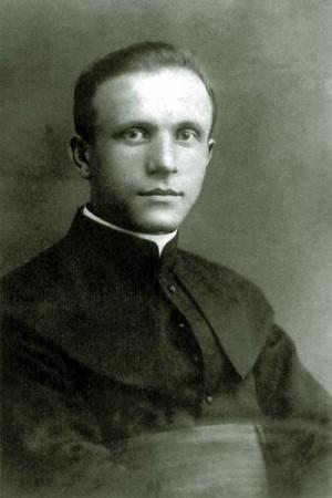 Fotografía del Beato en su juventud, con el hábito sacerdotal.