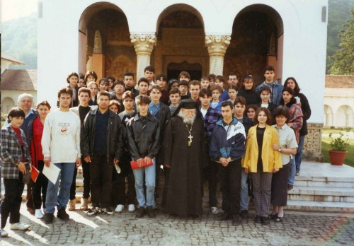 Fotografía del padre Paraian con el Coro Camerata Juventus del Seminario Sacerdotal y la Escuela Pedagógica de Garati. Sambata de Sus, Rumanía, año 1997.