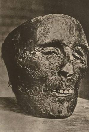 Cabeza embalsamada del Santo.