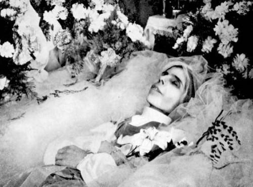 La Beata en su lecho de muerte.