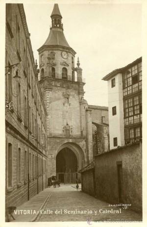 Calle del seminario y catedral de Vitoria, España, donde el Beato se formó para sacerdote.