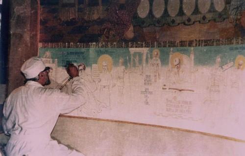 El padre Arsenio Boca pintando la iglesia de Draganescu, Bucarest (Rumanía).
