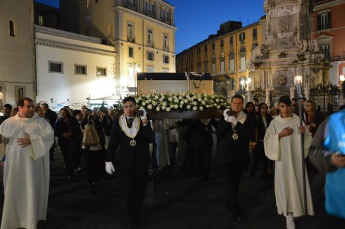 Urna del Santo en procesión por las calles de Nápoles, Italia.