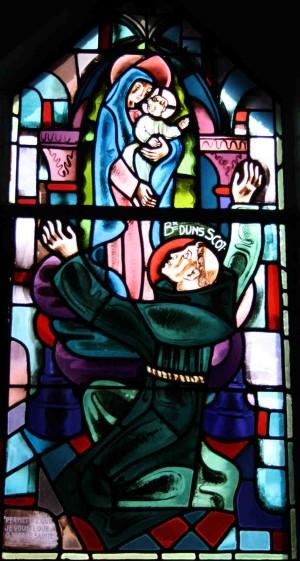 El Beato Juan Duns Scoto ante la Inmaculada Concepción. Vidriera contemporánea en el convento franciscano de París (Francia).