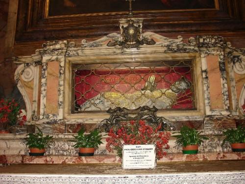 Figura yacente que contiene una reliquia del cráneo de San Pedro Julián Aymar. Iglesia de los Santos Claudio y Andrés de los Borgoñones. Roma, Italia.