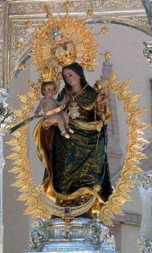 Vista completa de la imagen de la Virgen de la Cinta, patrona de Huelva (España).