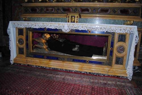 Urna con los restos de san Pablo de la Cruz en la basílica romana de los santos Juan y Pablo.