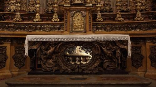 Altar mayor. Aparece la urna de los mártires.