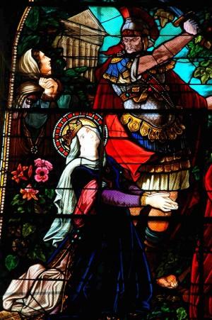 Martirio de la Santa. Vidriera en su iglesia de Chambon-sur-Voueize, Francia.