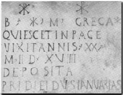Lápida sepulcral de la Santa, con la inscripción en latín y los crismones.