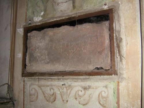 Vista de la lápida de San Feliciano, mártir de las catacumbas venerado en Giugliano, Italia.