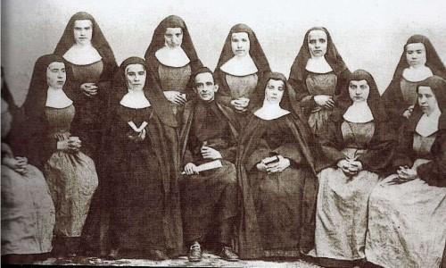 El Venerable con las primeras Hermanitas. A su derecha, S. Teresa Jornet.