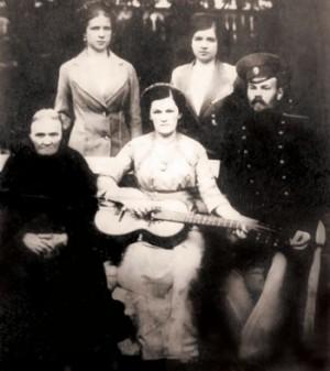 La Santa fotografiada el día de su boda, tocando la guitarra.