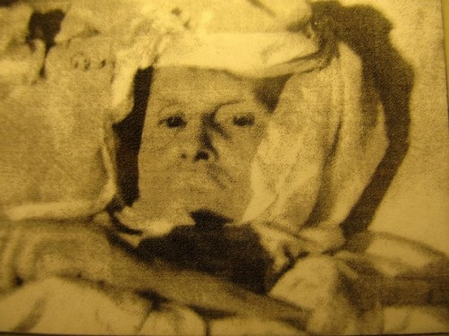 La Santa, ya anciana e inmovilizada en su lecho de enferma.