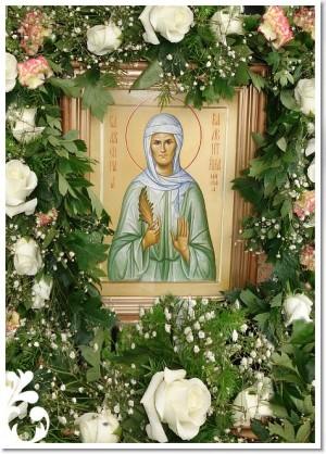 Icono ortodoxo ruso de la Santa, colocado en su sepulcro y adornado con flores.