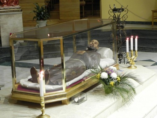 Instalación definitiva de la figura-relicario en el convento-seminario de Onesti (Rumania).