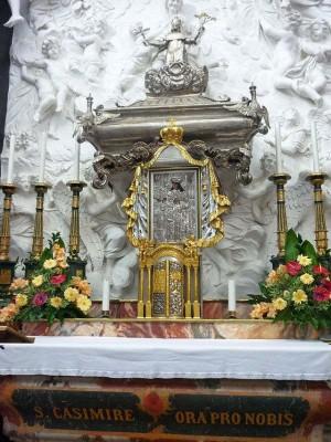 Urna de las reliquias y el Venerable Icono en la Catedral de Vilnius (Lituania).