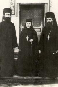 Fotografía del padre Juan Iovan de Recea con la madre Verónica Gurau en el monasterio Vladimiresti.