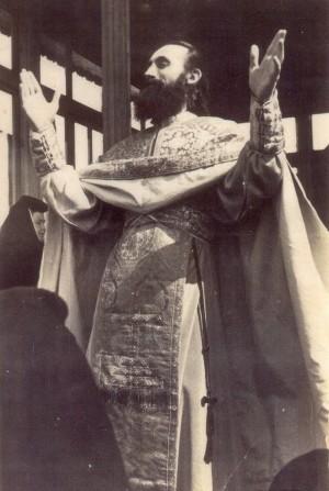 Fotografía del padre Juan Iovan de Recea orando con las monjas.