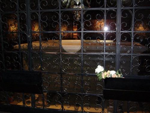Vista del sepulcro actual del Santo en el convento.