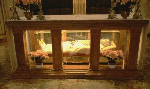 Urna con los restos del santo en la iglesia de los barnabitas en Milán, Italia.
