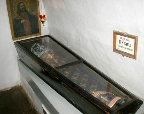 Urna con el cuerpo incorrupto de San Kuksha, hieromártir,  en la Laura de las Grutas de Kiev.