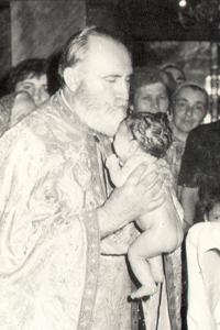 Fotografía del padre Juan Iovan de Recea bautizando a un niño.