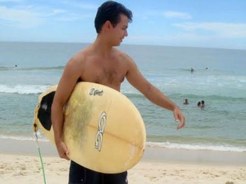 Fotografía del Siervo de Dios Guido Vidal França Schäffer practicando surf.