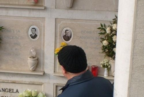 Foto de su sepultura.