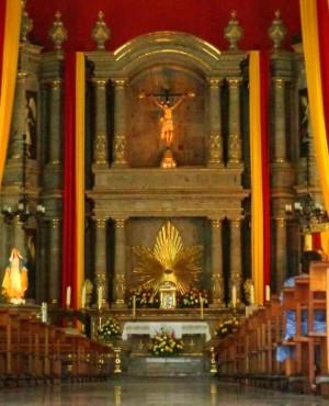 Vista completa del altar mayor, con el Cristo coronándolo. Fotografía: Parroquia de San Juan Bautista de Mexicaltzingo.