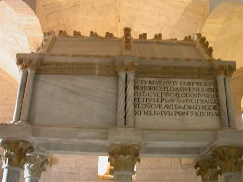 Sepulcro en la cripta de la catedral de Osimo, Italia.