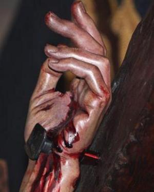 Detalle de la mano de un Cristo Crucificado con el clavo correctamente insertado desde el rigor histórico y anatómico.