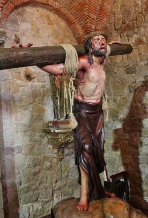 Imagen del Jesús Condenado de Cáceres, obra de Antonio Fernández Domínguez (2011) que muestra a Cristo cargando el patibulum con rigor histórico.