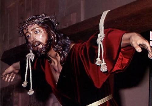 Detalle del Santísimo Cristo de la Esperanza de Alcantarilla (Murcia), que aparece también cargando el patibulum correctamente.