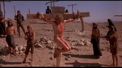 """Fotograma de la película """"La última tentación de Cristo"""" (1988) que muestra la crucifixión desde un punto de vista de rigor histórico y arqueológico."""