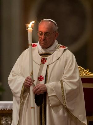 Fotografía del papa Francisco durante el rito del Lucernario del año 2013.