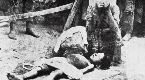Mujer armenia llorando a su hijo, muerto de hambre.