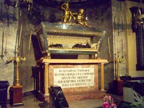 Vista de la urna con el cuerpo incorrupto de la Santa.