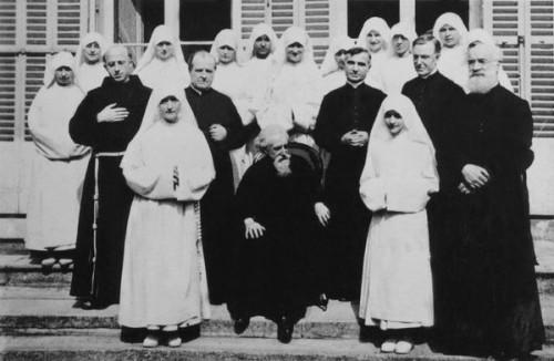 El Beato fotografiado con los religiosos y las religiosas de su Obra.