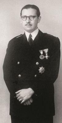 Álvaro con el uniforme de la escuela de ingenieros, según la costumbre de 1944.