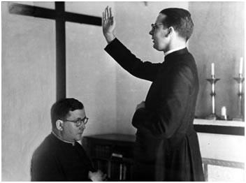 Bendición del recien creado sacerdote al fundador.