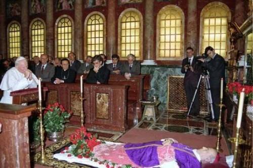 Juan Pablo II velando el cuerpo del difunto Beato.