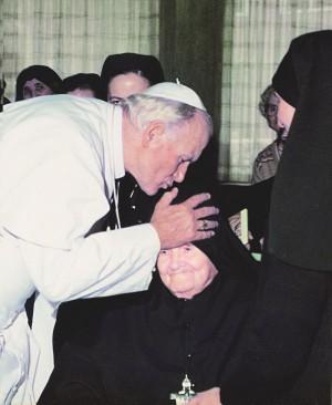 San Juan Pablo II besando a la Beata.
