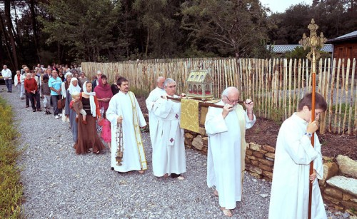 Procesión con las reliquias de San Tugdual de Saint-Dolay (Iglesia Celta Ortodoxa).