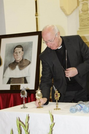 El obispo de Albacete con una reliquia ex indumentis del Beato.