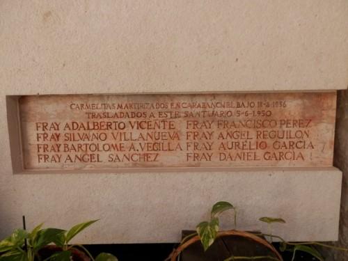 Detalle de la lápida de los beatos carmelitas.