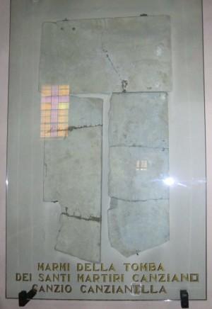 Lápidas que cubrían el sepulcro de los Santos. San Canzian d'Isonzo, GO, Italia.
